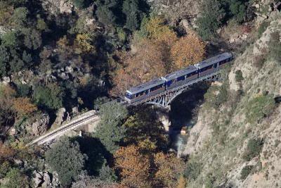 Το τραίνο των Καλαβρύτων διασχίζει τη γέφυρα κοντά στο παραδοσιακό χωριό Ζαχλωρού.
