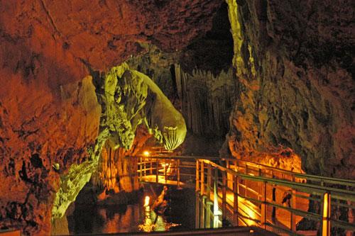 Εσωτερική φωτογραφία απο το Σπήλαιο των Λιμνών στα Καλάβρυτα