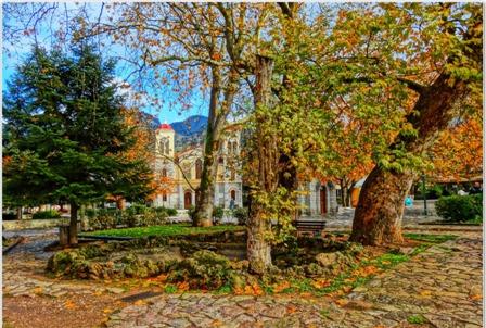 Η πανέμορφη πλατεία με τον Μητροπολιτικό ναό Καλαβρύτων